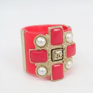 シャネル(Chanel) イミテーションパール,メタル,プラスチック バングル ゴールド,ピンク クロスモチーフ